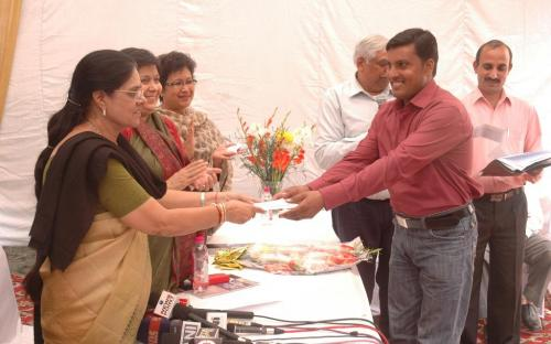 Shri Hari Shankar Sharma receiving the 2nd prize for Essay Competition by Dr. Girija Vyas, hon'bl Chairperson, NCW