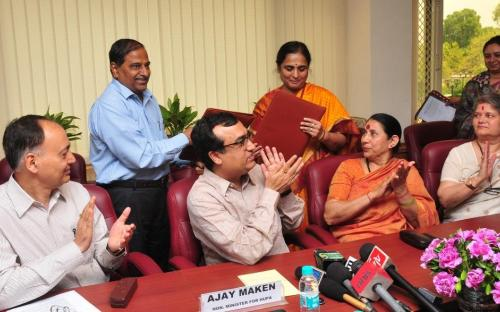 The CMD, HUDCO, Shri V.P. Baligar and the Member Secretary of NCW, Smt. K. Ratna Prabha exchanging the signed MoU between NCW and HUDCO to improve living conditions of destitute women, in the presence of the Union Minister for Housing & Urban Poverty Alleviation, Shri Ajay Maken, the Minister of State (Independent Charge) for Women and Child Development, Smt. Krishna Tirath, the Chairperson of NCW, Smt. Mamta Sharma and the Secretary, HUPA, Shri A.K. Mishra