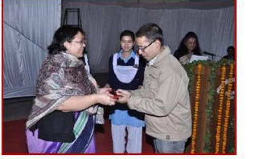Smt. Lalitha Kumaramangalam, Hon'ble Chairperson, NCW honouring long term volunteers at Jaipur